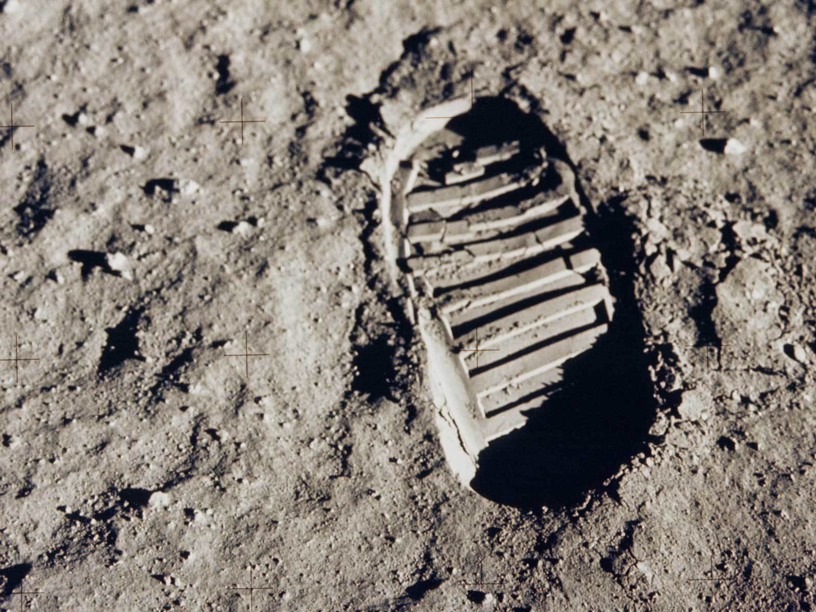 neil-armstrong-first-step-on-the-moon-1969