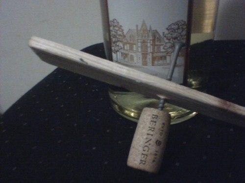 abridor de vinho garrafa madeira com um parafuso