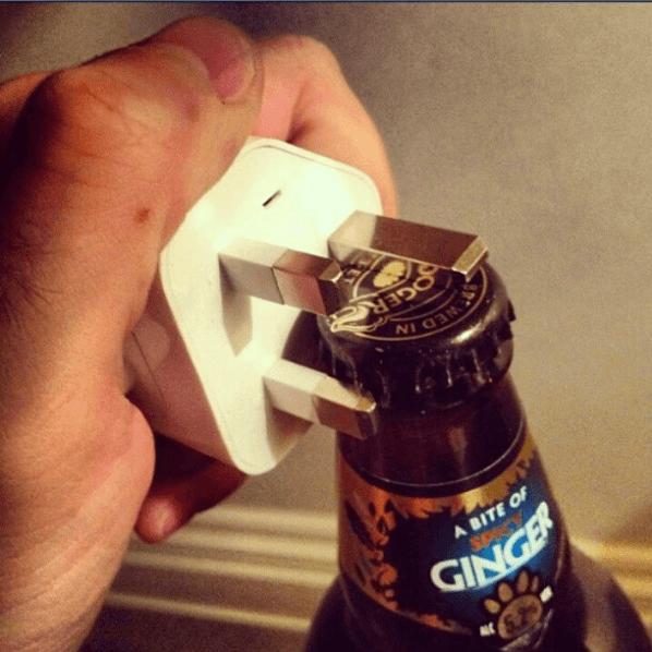 abra a cerveja com plug de energia
