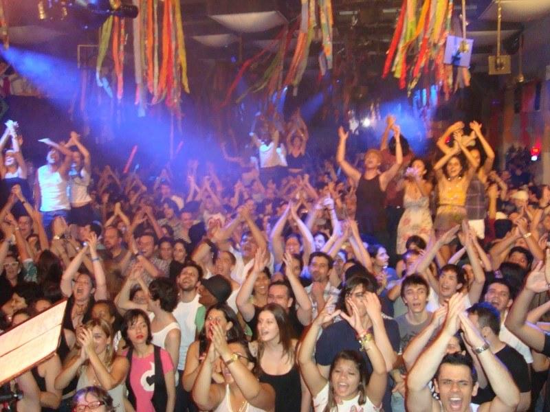 Samba de Rainha faz a Festa com o Gambiarra, ao vivo. Festa boa na The Week Sao Paulo, 20.11.2009. Foto de Sandra Gamon do SDR, tirado do palco. SDR levanta a galera no Gambiarra. 1
