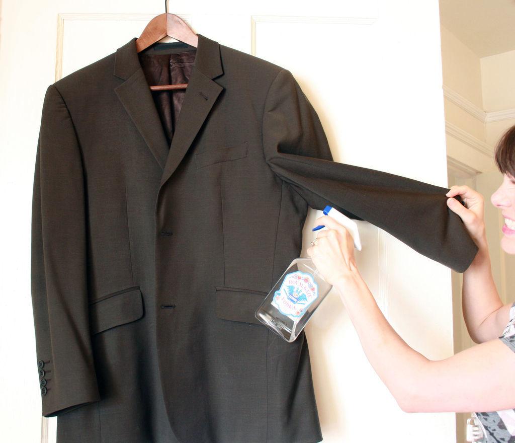 uso para vodka barata - limpar roupa