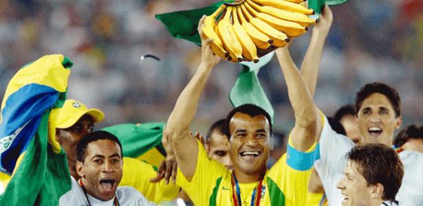 cafu-ergue-a-taca-do-pentacampeonato-mundial-do-brasil-1259255209209_615x300