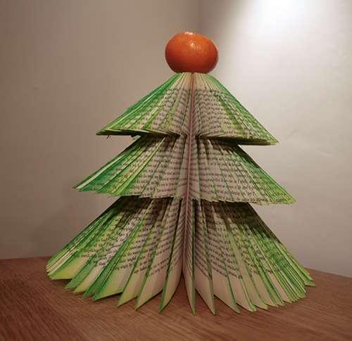 Árvore-de-Natal-feita-de-cabides-de-livros