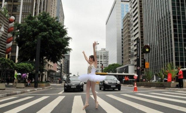 9dez2012—um-grupo-de-bailarinas-que-se-formou-esta-semana-em-uma-escola-de-danca-de-sao-paulo-fez-uma-performance-na-avenida-paulista-na-altura-da-rua-augusta-neste-domingo-9-as-apresentacoes-eram-1355072555963_956x500