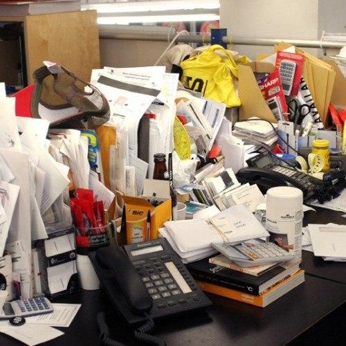 messy-desk_2637008k