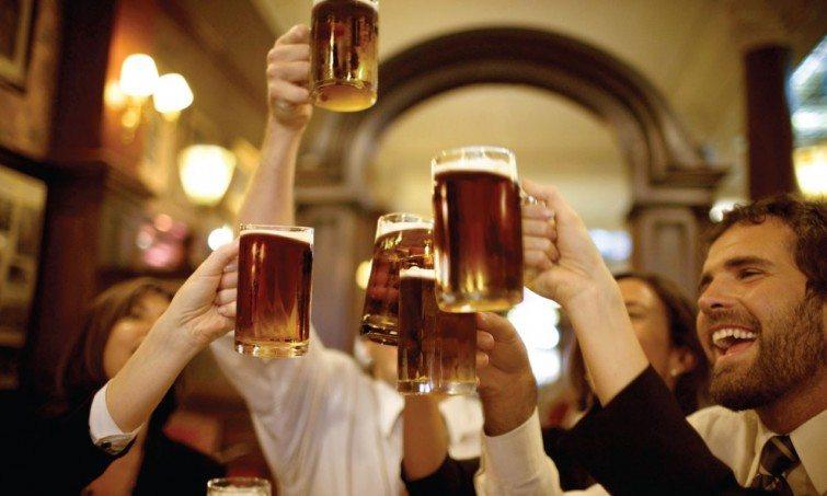 amigos-cerveja-comemoracao