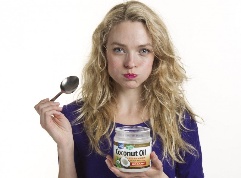 eating-coconut-oil-e1423676939536_sossolteiros