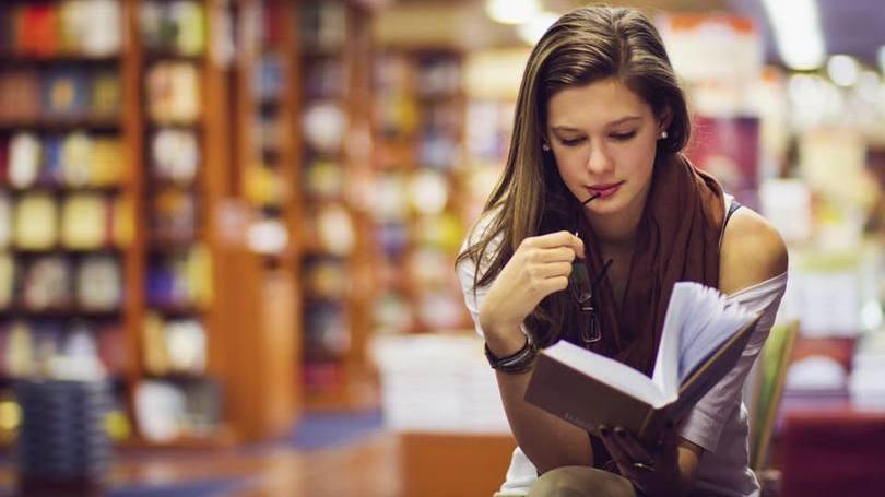 Ler_livros_físicos_em_vez_dos_digitais_deixa_a_pessoa_mais_bonita_e_inteligente