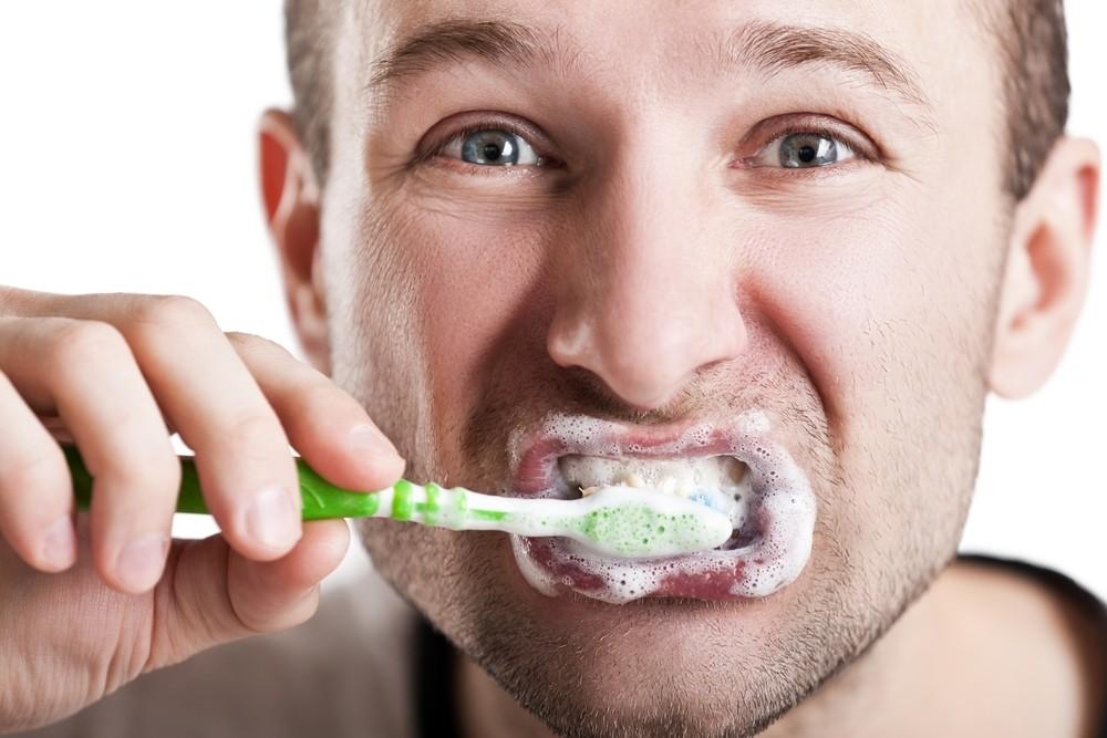 brushing-teeth-too-hard_sossolteiros
