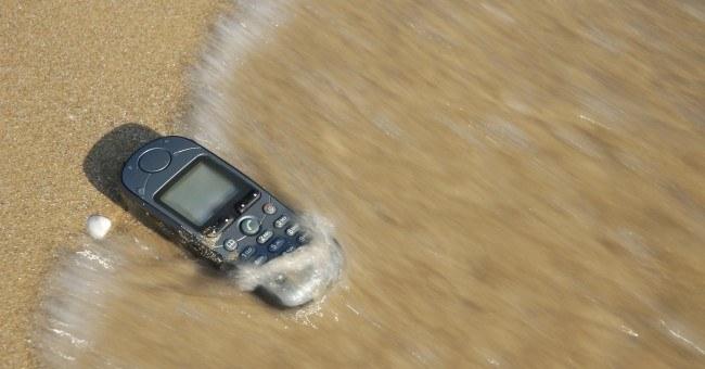 Empresa_se_compromete_a_salvar_qualquer_celular_afogado(1)