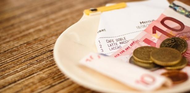 UOL, http://comidasebebidas.uol.com.br/noticias/redacao/2015/08/07/dilma-veta-lei-que-obrigava-clientes-a-pagar-10-de-gorjeta-para-garcons.htm