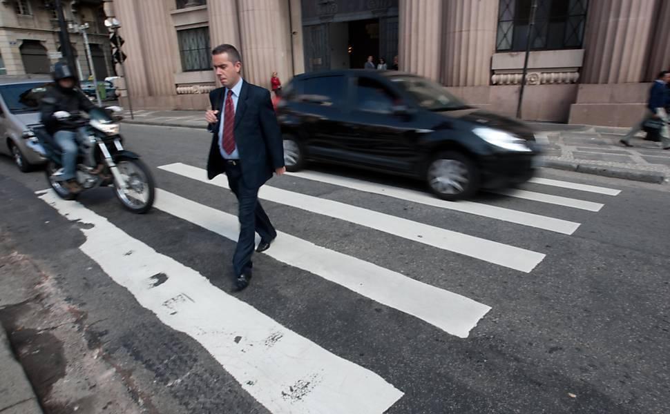 Mobilize, http://www.mobilize.org.br/blogs/pe-de-igualdade/uncategorized/por-favor-respeito-e-bom-sobre-pedestres-e-finas-educativas/