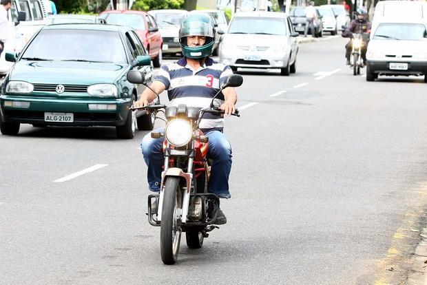 Diário dos Campos, http://www.diariodoscampos.com.br/cidades/2011/03/direcao-sem-capacete-lidera-infracoes-em-pg/1022132/