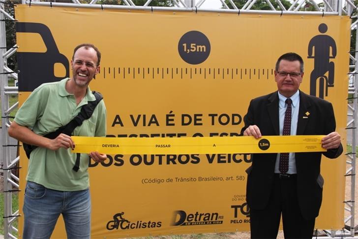 Mobilize, http://www.mobilize.org.br/noticias/10274/em-porto-alegre-ciclistas-saem-as-ruas-com-respeitometros.htm