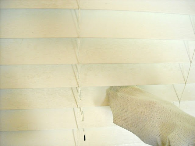 Keep Home Simple, http://keephomesimple.blogspot.com.br/2012/10/how-to-clean-dirty-blinds.html