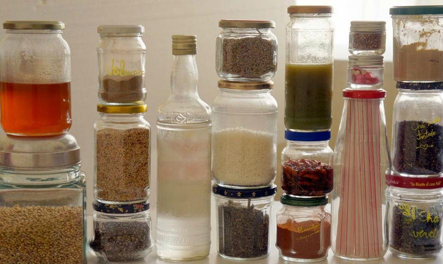 Flora Refosco, http://www.florarefosco.com.br/posts/Detalhes-t-o-pequenos/156/porque-usar-potes-de-vidro-em-vez-de-plastico---3-maneiras-de-tirar-o-rotulo-sem-se-irritar---como-lavar-o-interior-de-uma-garrafa