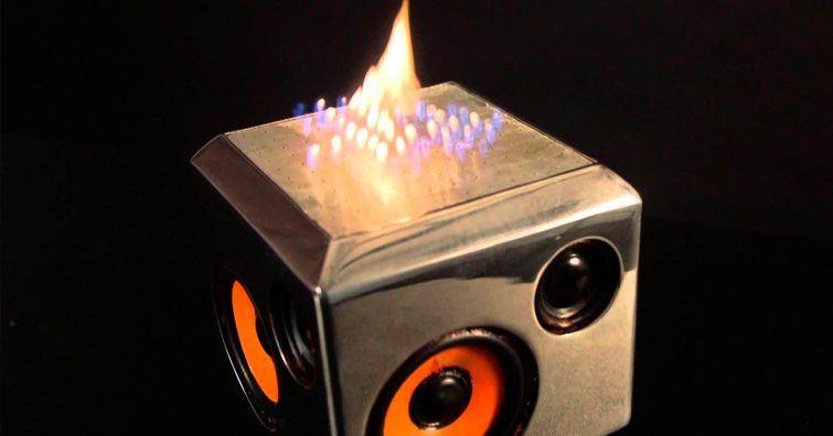 caixa de som com fogo