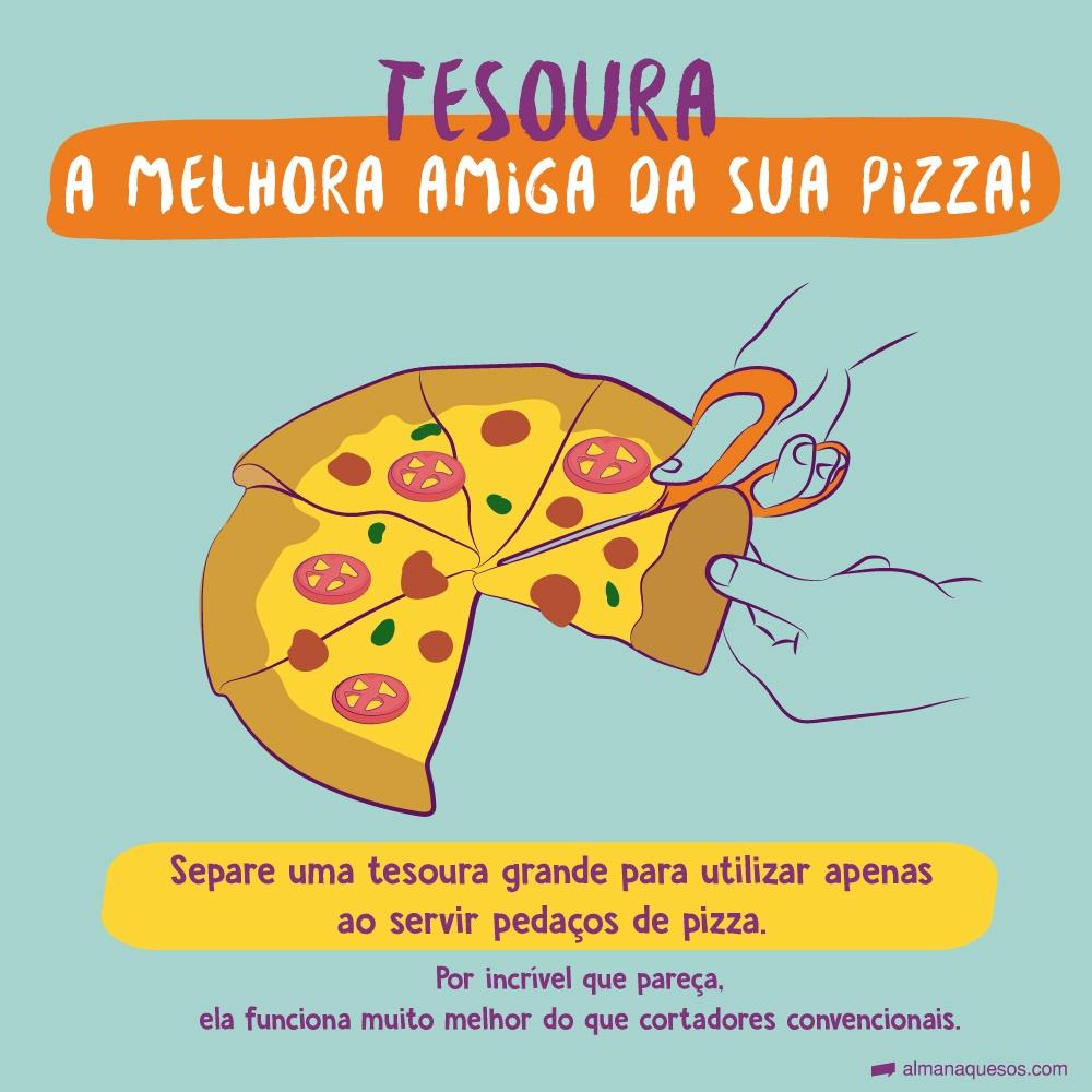 Tesoura, a melhora amiga da sua pizza! Separe uma tesoura grande para utilizar apenas ao servir pedaços de pizza. Por incrível que pareça, ela funciona muito melhor do que cortadores convencionais.